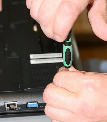 Снимаем съемные части ноутбука