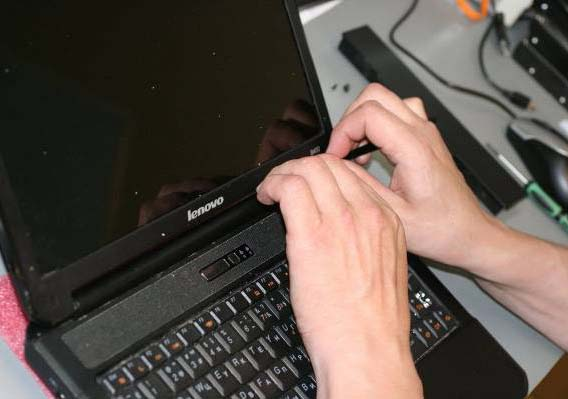 Снимаем верхнюю панель ноутбука
