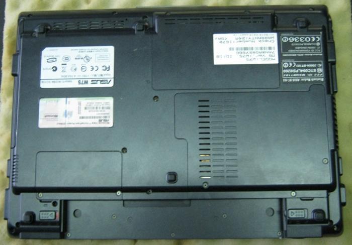 Нижняя часть Asus W7s со снятым аккумулятором