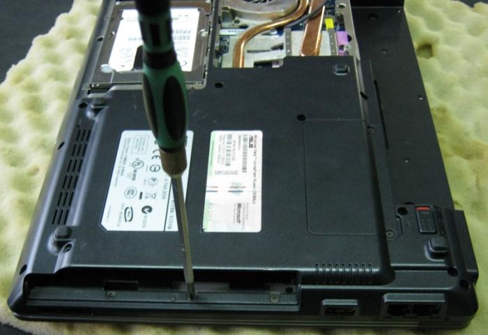 Крепление нижней панели ноутбука