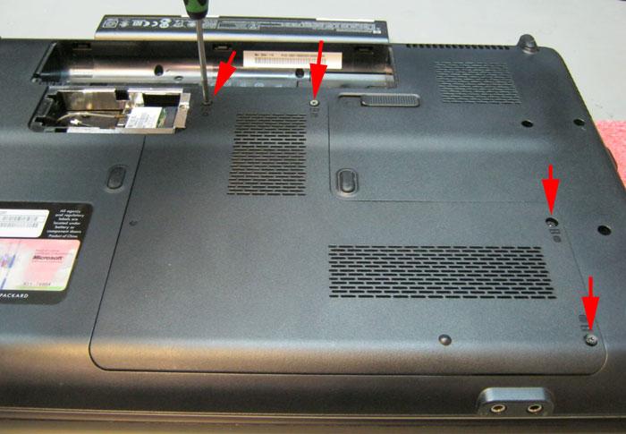 Крепление крышке главного отсека ноутбука