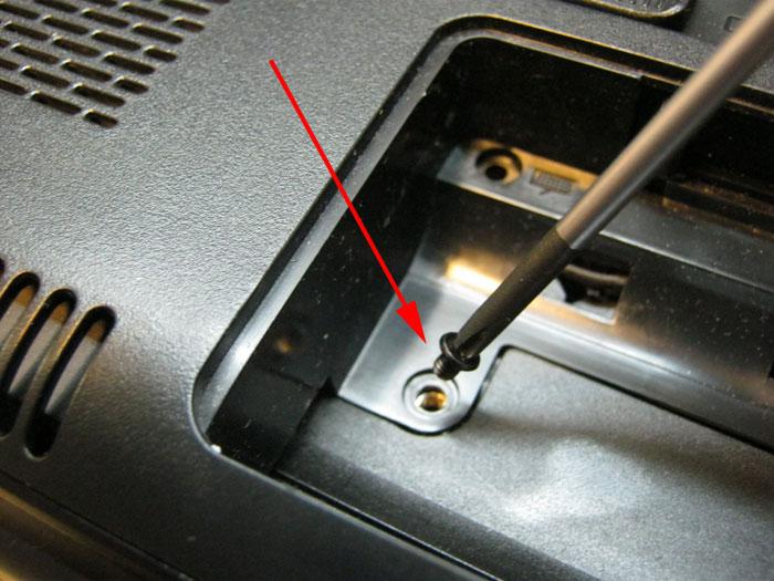 винты крепления крышки аккумулятора