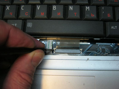 отсоединение шлейфа клавиатуры