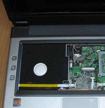 Снятие алюминиевой крышки под клавиатурой