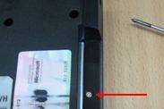 Выкручиваем винты крепления крышки матрицы ноутбука